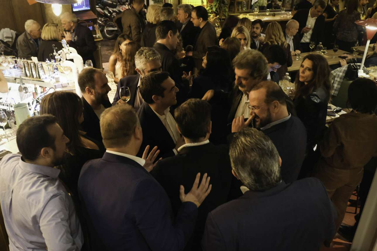 Ο Αλέξης Τσίπρας καλωσορίζει τον Παύλο Πολάκη στο πάρτι. Ο Αλέξανδρος Τριανταφυλλίδης κάτι κάνει με τη μύτη του