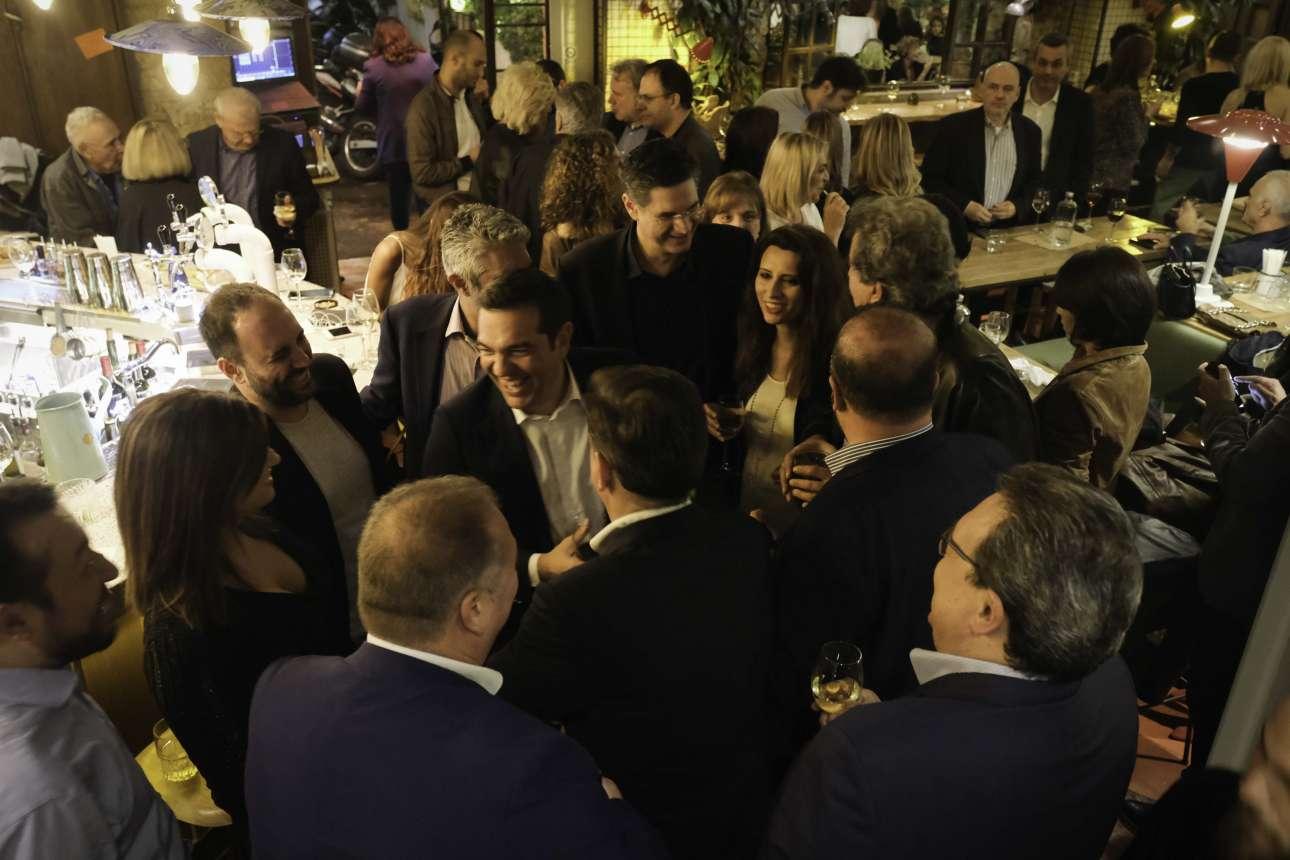Syriza's Party. Διαβάζεται και διπλά. Στο βάθος διακρίνεται και ο Θανάσης Θεοχαρόπουλος