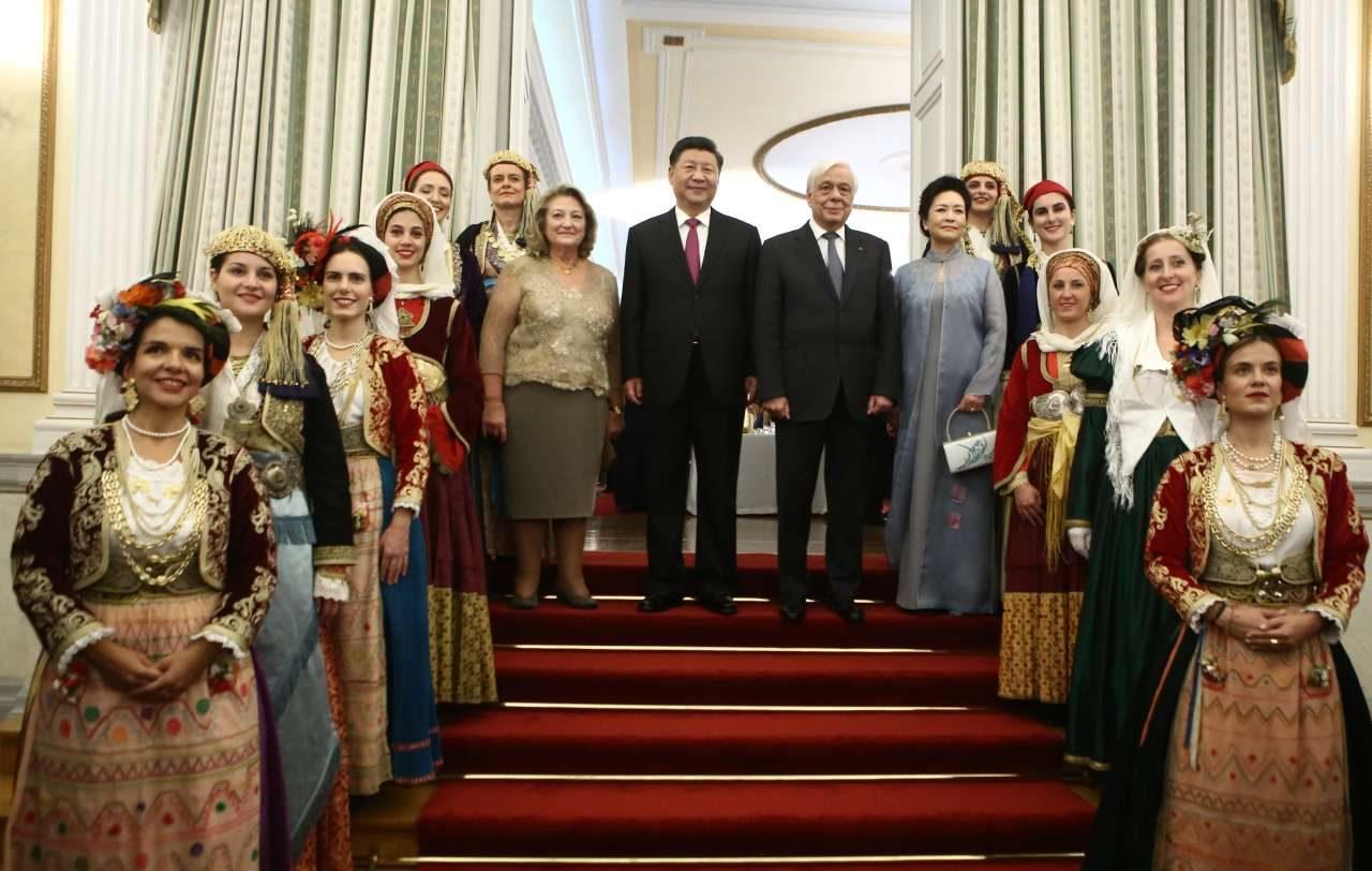 Τα προεδρικά ζεύγη Ελλάδας και Κίνας στην εθιμοτυπική φωτογραφία με τις κοπέλες του Λυκείου Ελληνίδων, με τις παραδοσιακές φορεσιές