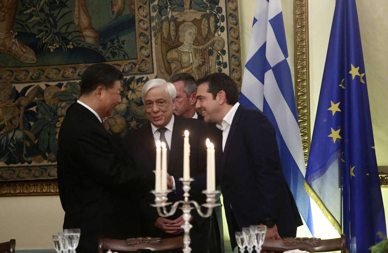 Ο Προκόπης Παυλόπουλος συστήνει στον Σι Τζινπίνγκ τον πρόεδρο του ΣΥΡΙΖΑ Αλέξη Τσίπρα