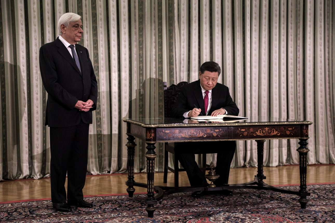 Ο Προκόπης Παυλόπουλος περιμένει τον κινέζο ομόλογό του να γράψει στο βιβλίο διαπιστευτηρίων του Προεδρικού