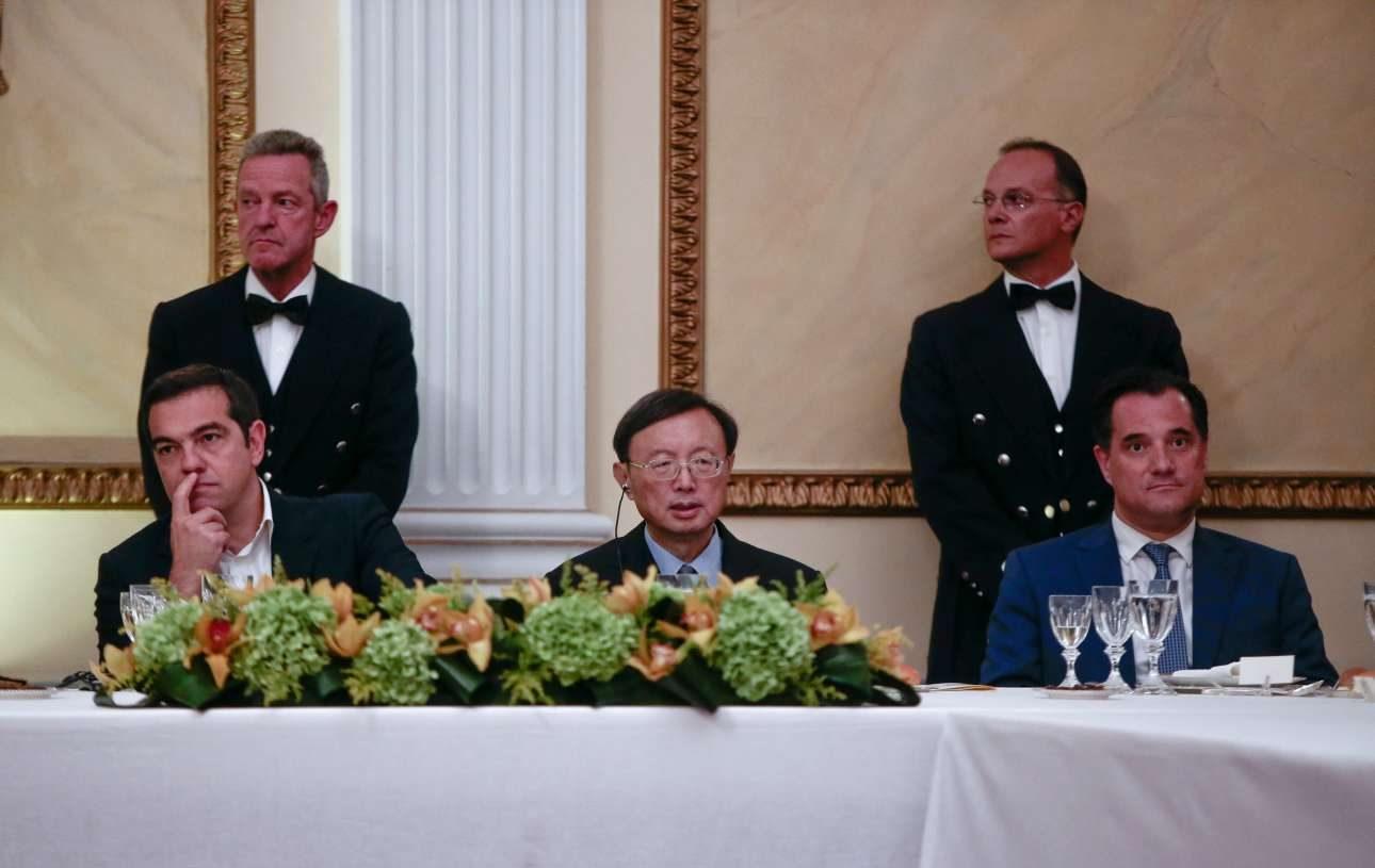 Εδώ το seating αποδείχτηκε σοφό: τον Αλέξη Τσίπρα και τον Αδωνι Γεωργιάδη χωρίζει ένας ψύχραιμος κινέζος αξιωματούχος