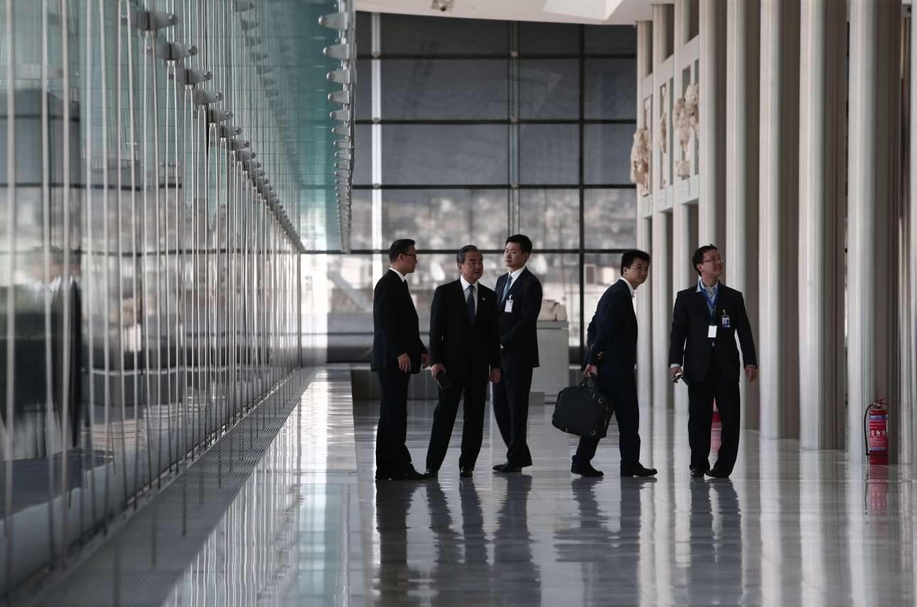 Μέλη της κινεζικής αντιπροσωπείας στην μεγάλη αίθουσα με τα γλυπτά