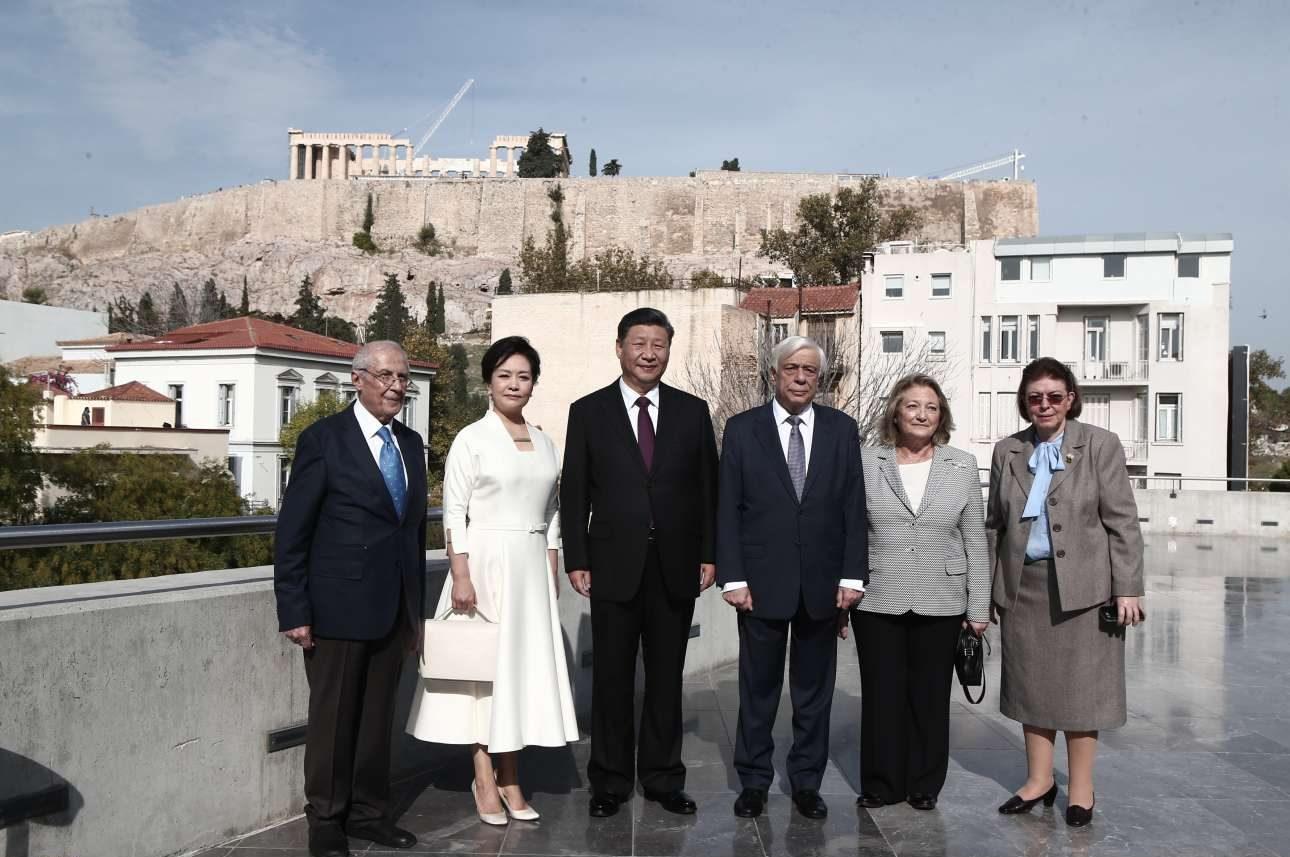 Μετά την επίσκεψη στο Μουσείο, μια αναμνηστική με το ζεύγος Σι, το ζεύγος Παυλόπουλου, τον πρόεδρο του Μουσείου Δημήτριο Παντερμαλή και την υπουργό Πολιτισμού Λίνα Μενδώνη