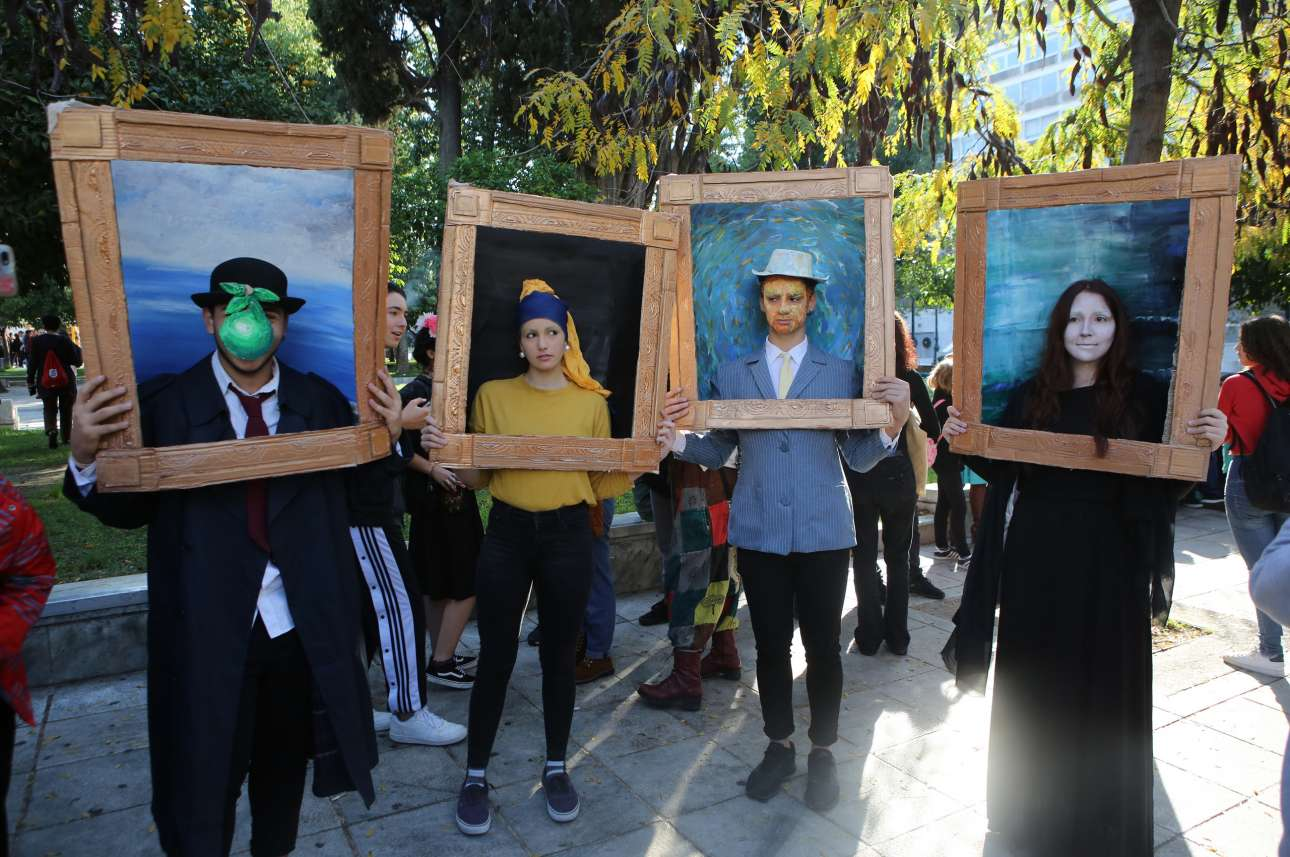 Πλατεία Συντάγματος, Αθήνα: μαθητές μουσικών και καλλιτεχνικών σχολείων από όλη την Ελλάδα διαμαρτύρονται για εκπαιδευτικά ζητήματα, αλλά με τρόπο που ταιριάζει στην ιδιοσυγκρασία τους