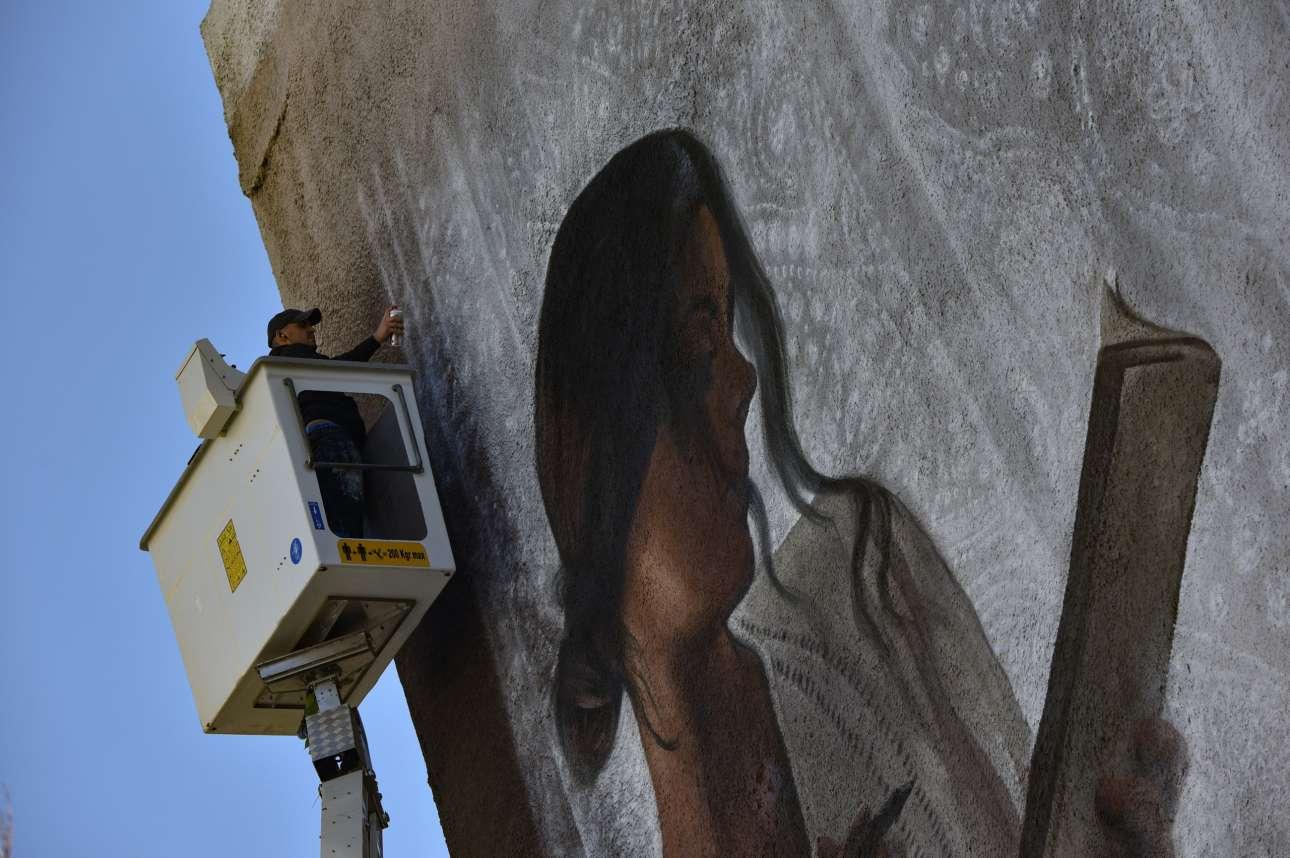 Μεταξουργείο, Αθήνα: ο ζωγράφος με το σπρέι ολοκληρώνει το έργο του στον τοίχο της πολυκατοικίας