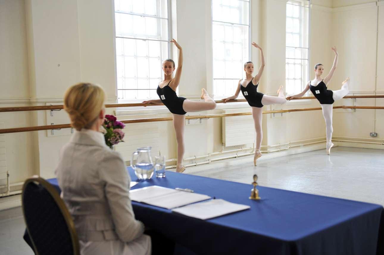 Νεαροί χορευτές από όλον τον κόσμο δίνουν εξετάσεις για την Βασιλική Ακαδημία Χορού
