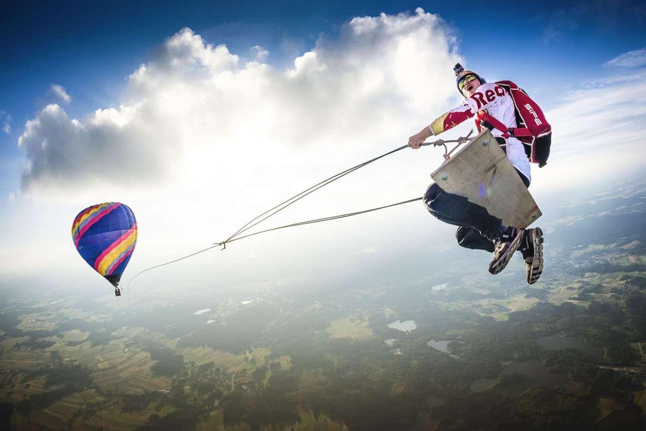 Νικητής στην κατηγορία Wings. Ο αθλητής Mάρκο Φουρστ σε μια… κούνια που την τραβάει ένα αερόστατο, κάπου πάνω από την Αυστρία