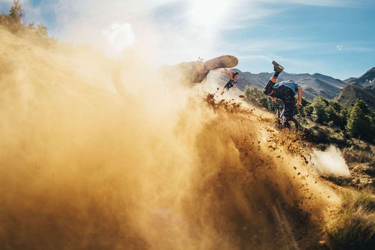 Φιναλίστ στην κατηγορία Energy. Οι ποδηλάτες Μπίλι Μίκλεμ και Σαμ Μίνελ σε μια πτώση τους στη Νέα Ζηλανδία