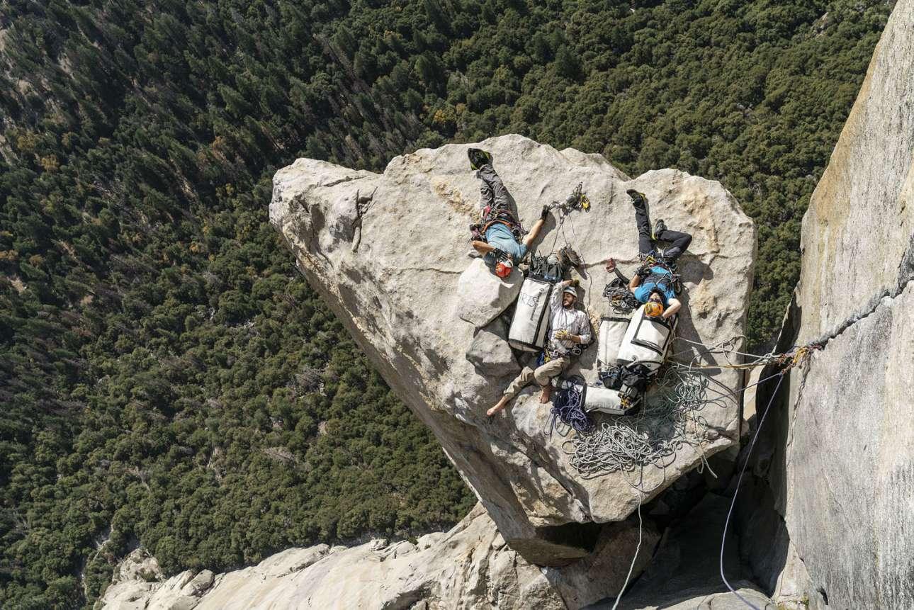 Νικητής στην κατηγορία Lifestyle. Οι ορειβάτες Φίλιπ Μπάνκοσέγκερ, Κρις Ρούντολφ και Λουκ Λάλορ κοιμούνται πάνω σε έναν βράχο στο Γιοσέμιτι Παρκ της Καλιφόρνιας