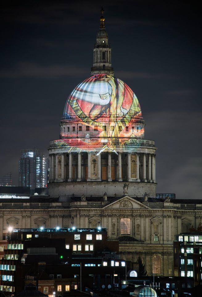 Λονδίνο, Βρετανία: το σχέδιο «Ο Παλαιός των Ημερών» του άγγλου καλλιτέχνη και λογοτέχνη Ουίλιαμ Μπλέικ προβάλλεται στον τρούλο του ναού του Αγίου Παύλου