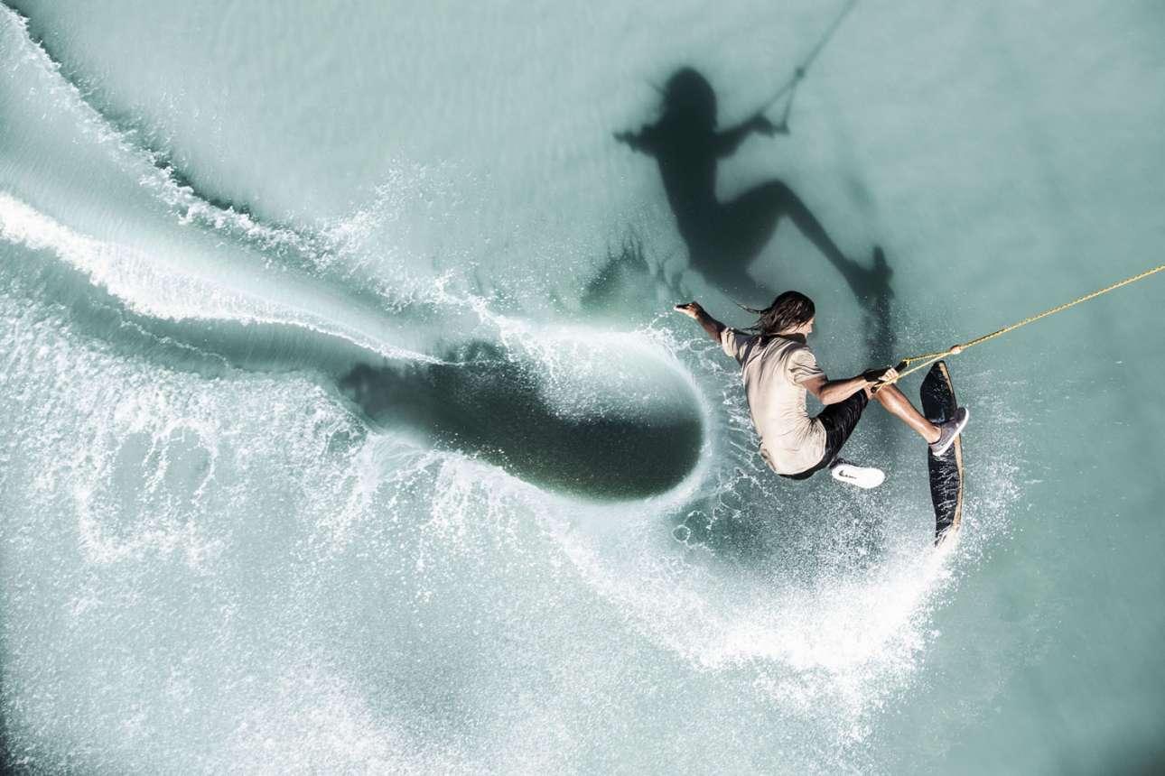 Φιναλίστ στην κατηγορία Energy. Ο αθλητής του wakeskate Κόουλ Κράις σε μια περίτεχνη φιγούρα του στα ανοικτά της Μανίλα, Φιλιππίνες