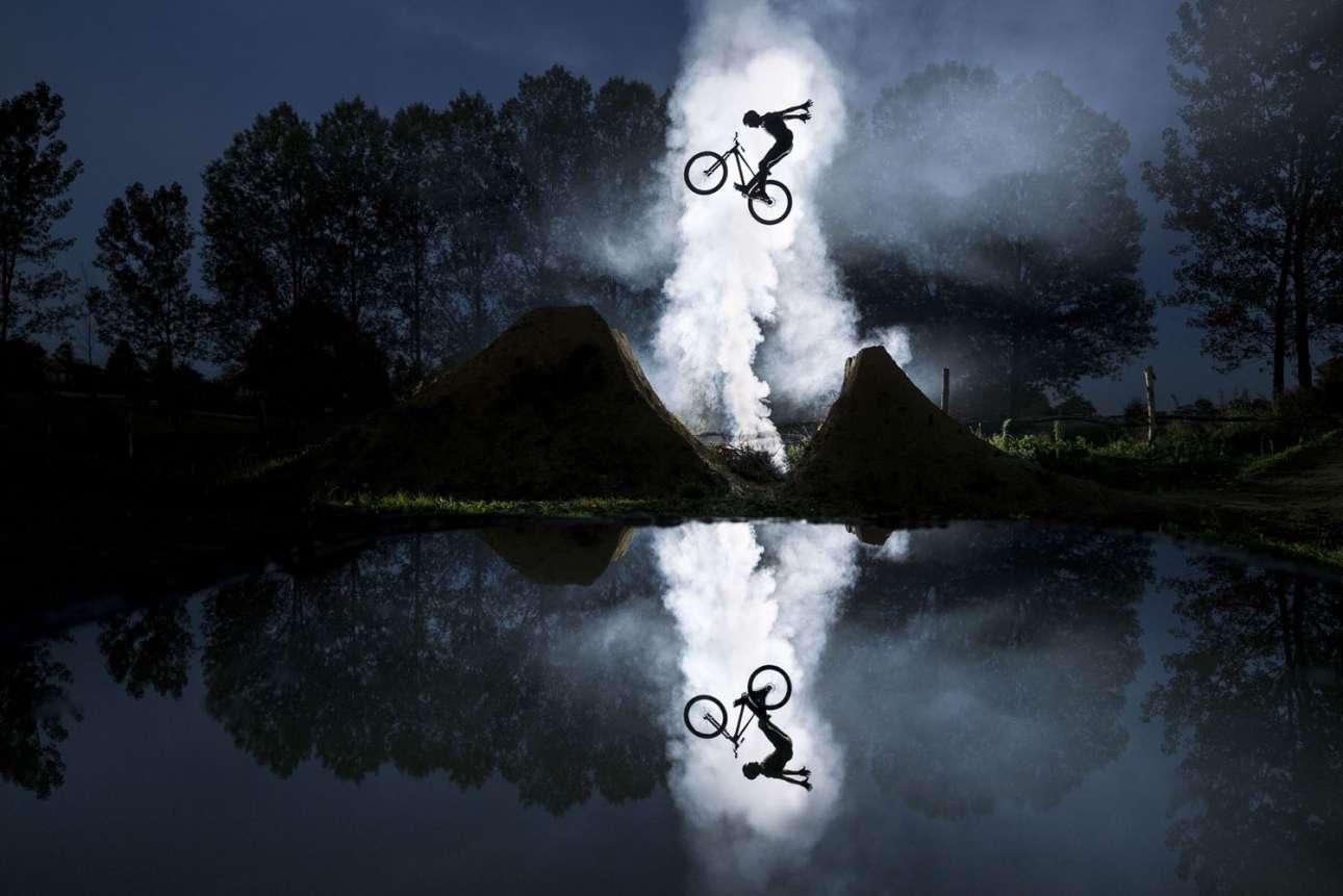 Νικητής στην κατηγορία Emerging. Μια εξαιρετική λήψη-«καθρέπτης» του ποδηλάτη Ζερεμί Μπερτιέ στη πόλη Μπουργκουάν-Ζαλιέ της Γαλλίας