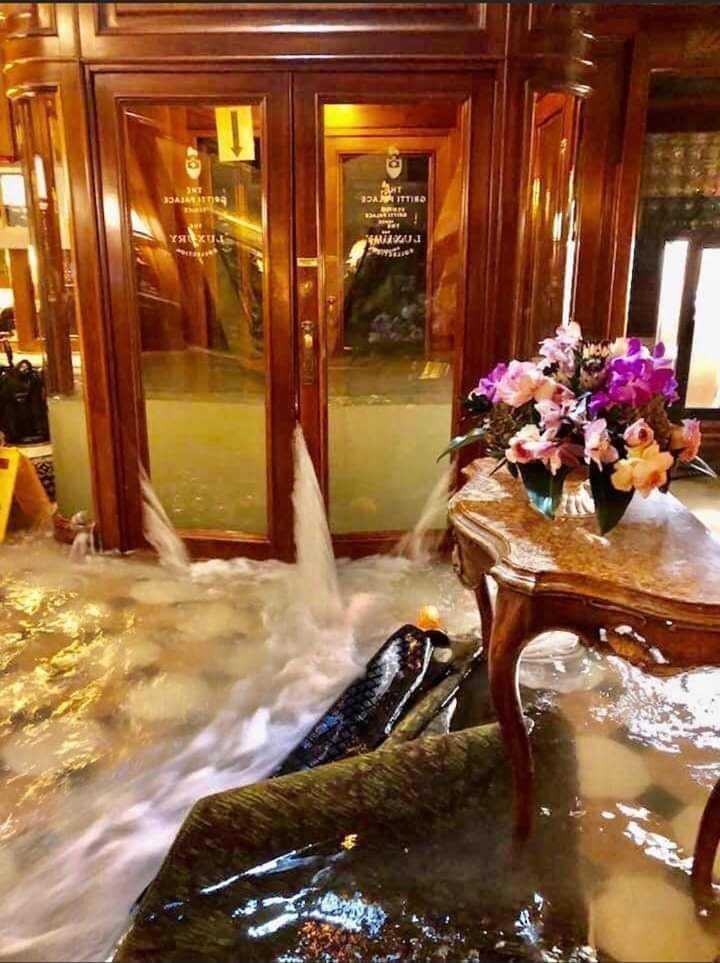 Τα νερά εισβάλλουν στο εστιατόριο