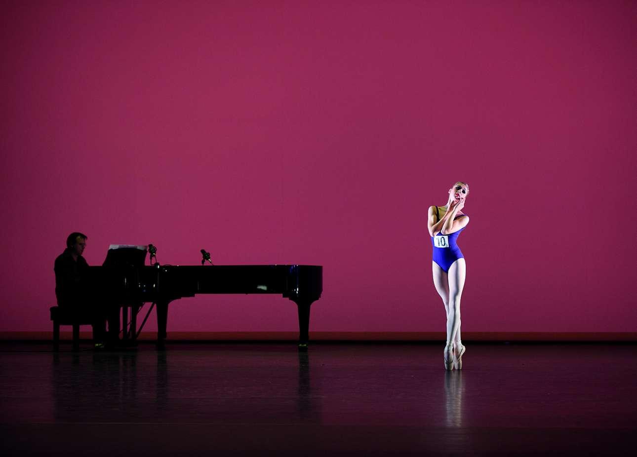 Υποψήφια χορεύει στον Διεθνή Διαγωνισμό Μπαλέτου Genée στο Λονδίνο, το 2015