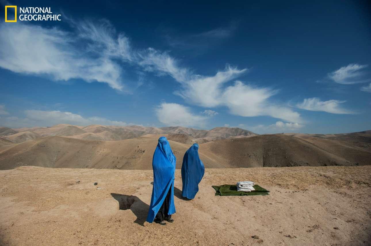 Η έγκυος Νούρ Νίσα ετοιμάζεται να γεννήσει και τη βοηθάει η μητέρα της, καθώς το αυτοκίνητο που τις μετέφερε σε νοσοκομείο του Αφγανιστάν χάλασε καθ' οδόν