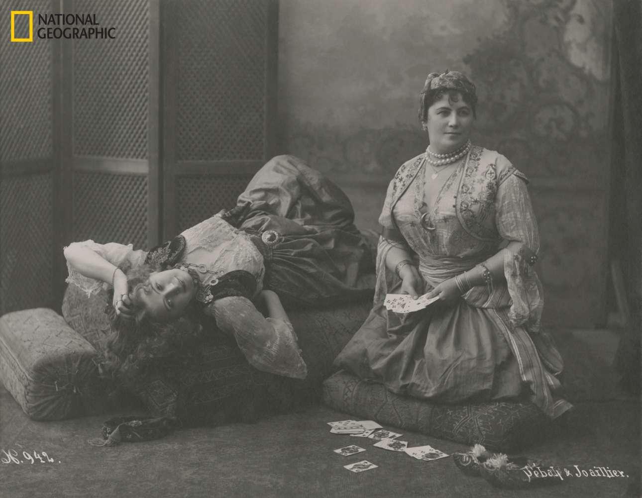 Δύο οδαλίσκες, μέλη του χαρεμιού του Οθωμανού σουλτάνου, παίζουν μία παρτίδα χαρτιά στην Τουρκία