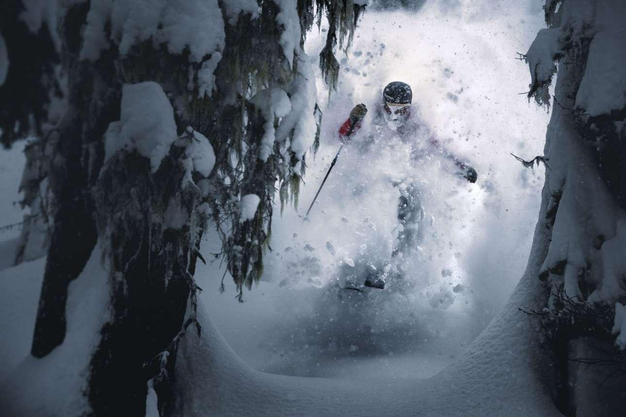 Ο σκιέρ Κρις Ρούμπενς κάνει backcountry skiing στο Πέμπερτον του Καναδά