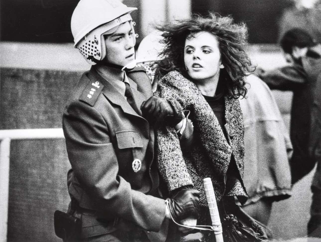 Τον Αύγουστο του 1989, λίγους μήνες προτού ξεσπάσει η «βελούδινη επανάσταση» του Νοεμβρίου και του Δεκεμβρίου, οι Τσεχοσλοβάκοι είχαν τιμήσει με διαδηλώσεις την ιστορική αλλά αποτυχημένη προσπάθειά τους να απεγκλωβιστούν από τη σοβιετική «αγκαλιά»: την «άνοιξη της Πράγας» του 1968. Στο στιγμιότυπο η σύλληψη μιας κοπέλας