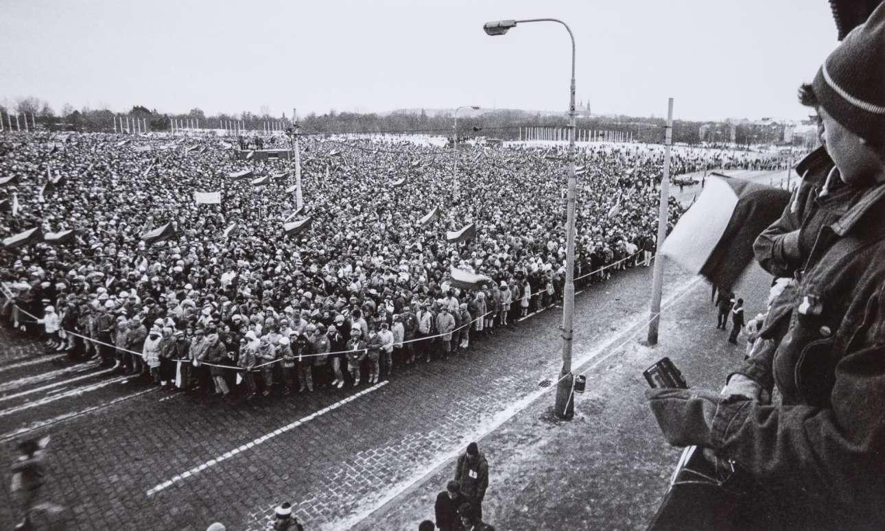 Η συγκέντρωση της 26ης Νοεμβρίου, που έγινε σε πάρκο της τσεχοσλοβακικής πρωτεύουσας από 800.000 πολίτες, θεωρείται πια «το τελευταίο καρφί στο φέρετρο του κομμουνιστικού καθεστώτος»