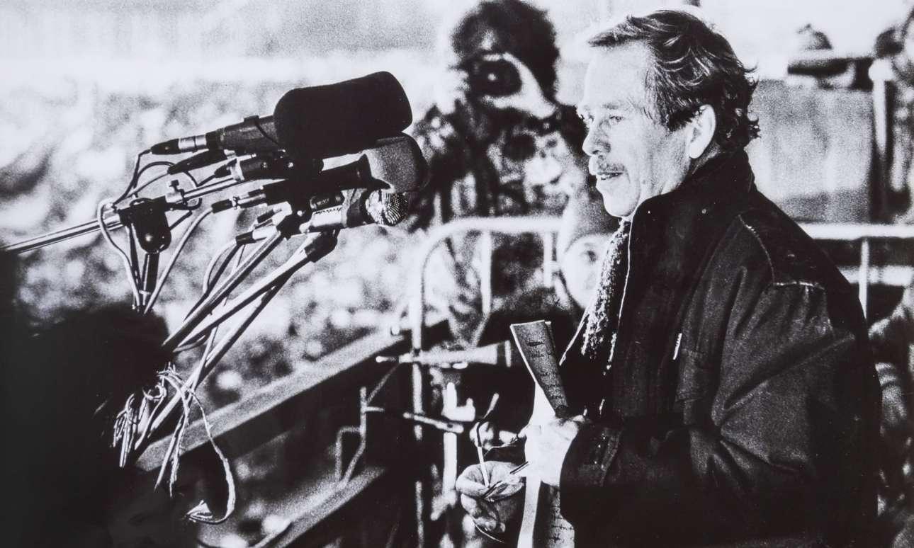 Ο Βάκλαβ Χάβελ ατενίζει το πλήθος των 800.000 πολιτών της Πράγας στη μεγάλη συγκέντρωση της 26ης Νοεμβρίου