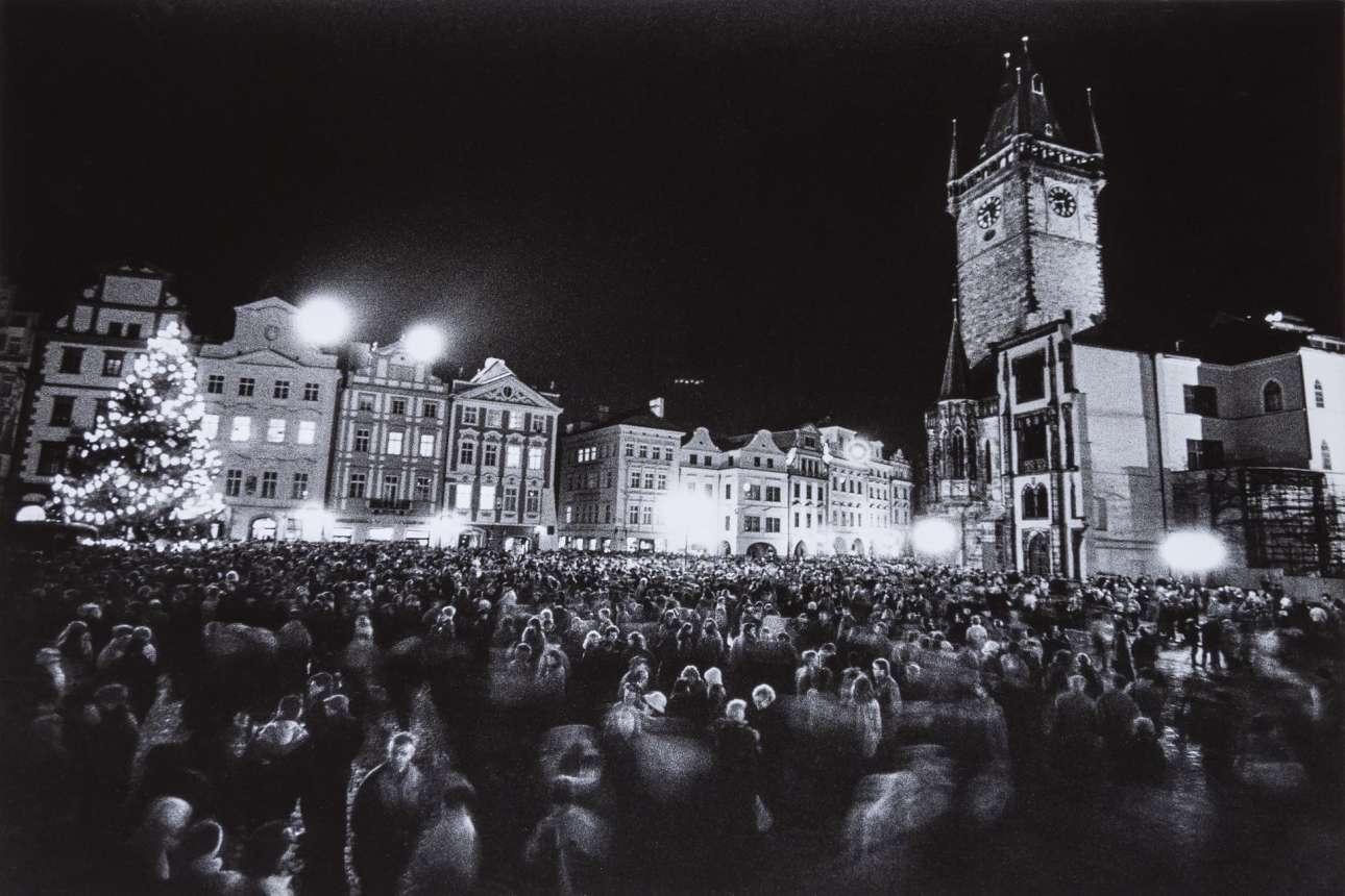 Μέσα στην περίοδο των Χριστουγέννων, στις 29 Δεκεμβρίου, οι Τσεχοσλοβάκοι της Πράγας συγκεντρώθηκαν στην πλατεία της Παλιάς Πόλης για να πανηγυρίσουν με χορό την γιορτή της «εθνικής κατανόησης»