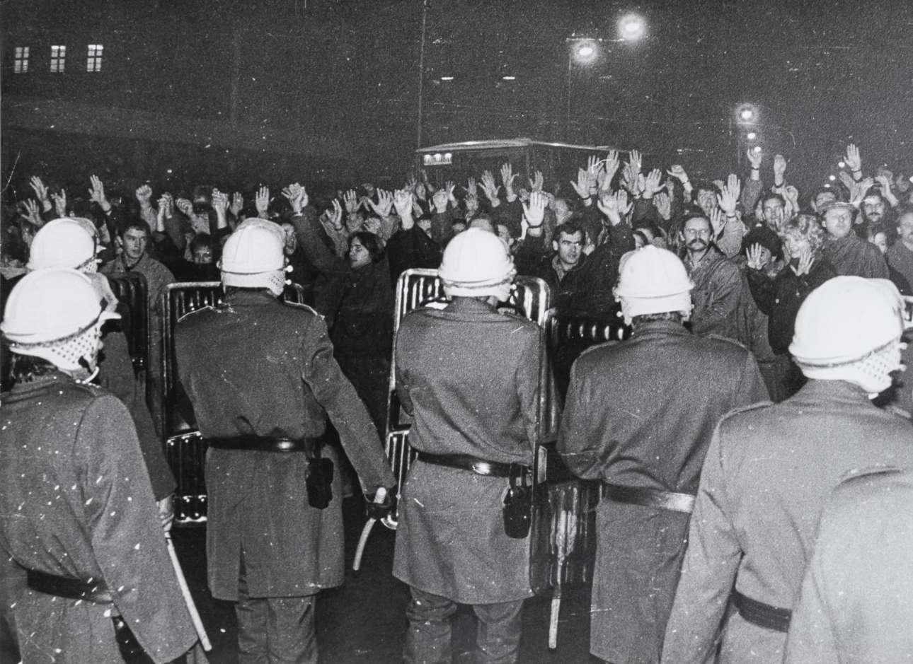 Εχει και η Πράγα τη δική της εξεγερσιακή 17η Νοεμβρίου: το στιγμιότυπο είναι από τη φοιτητική διαδήλωση η οποία κατέληξε σε σύγκρουση με τις αστυνομικές δυνάμεις και πυροδότησε τη «βελούδινη επανάσταση»