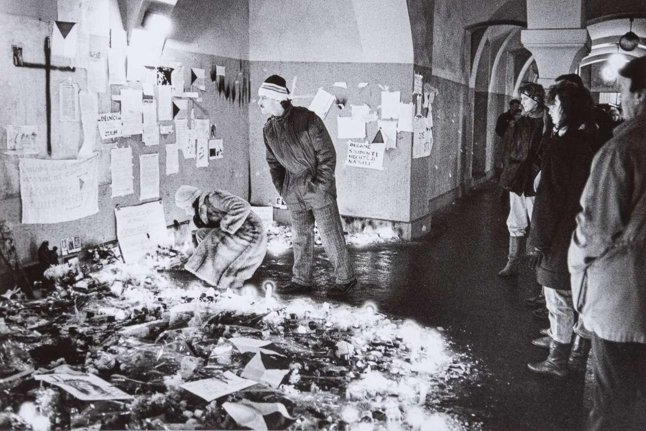 Η φωτογραφία είναι της 23ης Νοεμβρίου 1989 και δείχνει τα άνθη και τα αφιερώματα που άφησαν οι πολίτες στα σημεία όπου οι αστυνομικοί χτύπησαν τη φοιτητική διαδήλωση της 17ης Νοεμβρίου