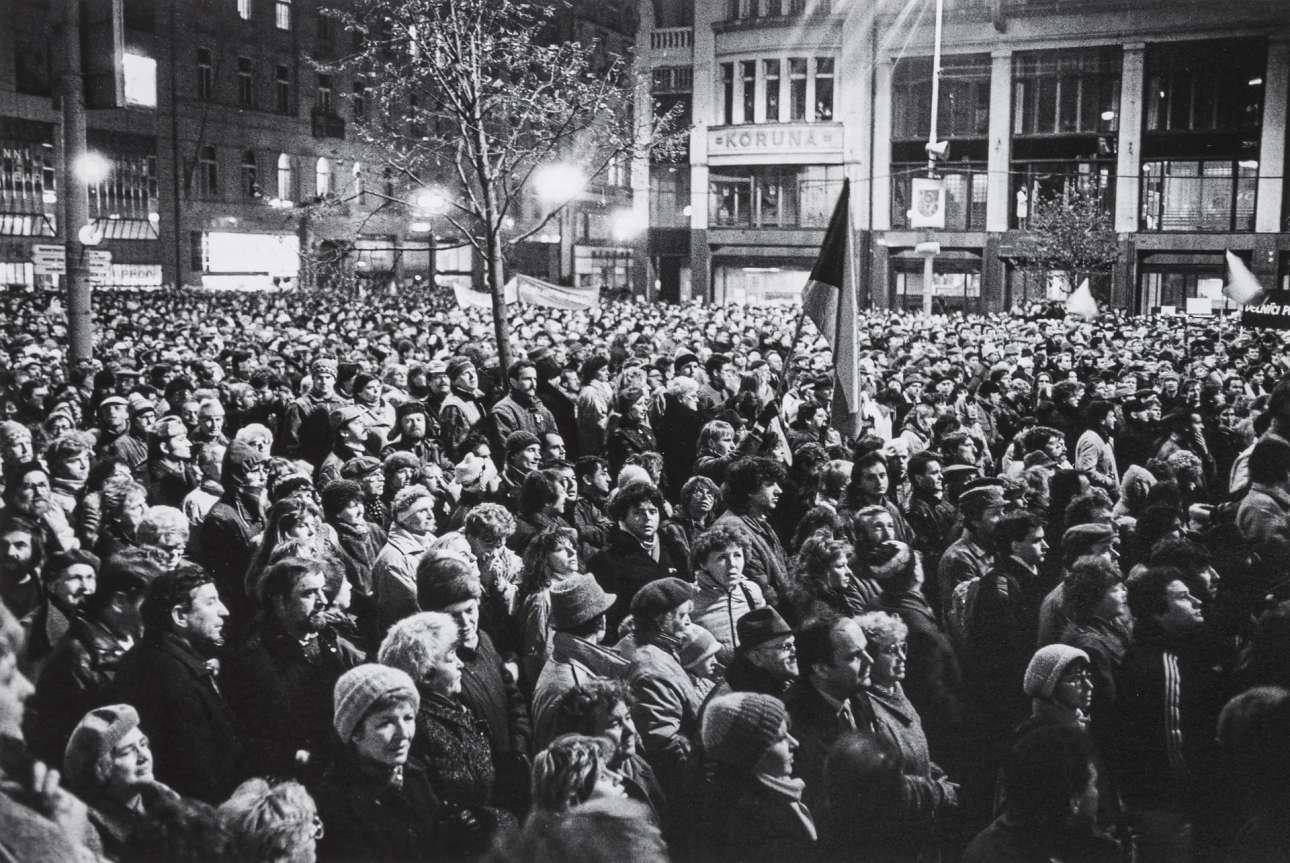 Στις 24 Νοεμβρίου πλήθος Τσεχοσλοβάκων είχε καταλάβει την πλατεία Βεντσεσλάς της Πράγας, συγκροτώντας μία τεράστια αντικομμουνιστική διαδήλωση