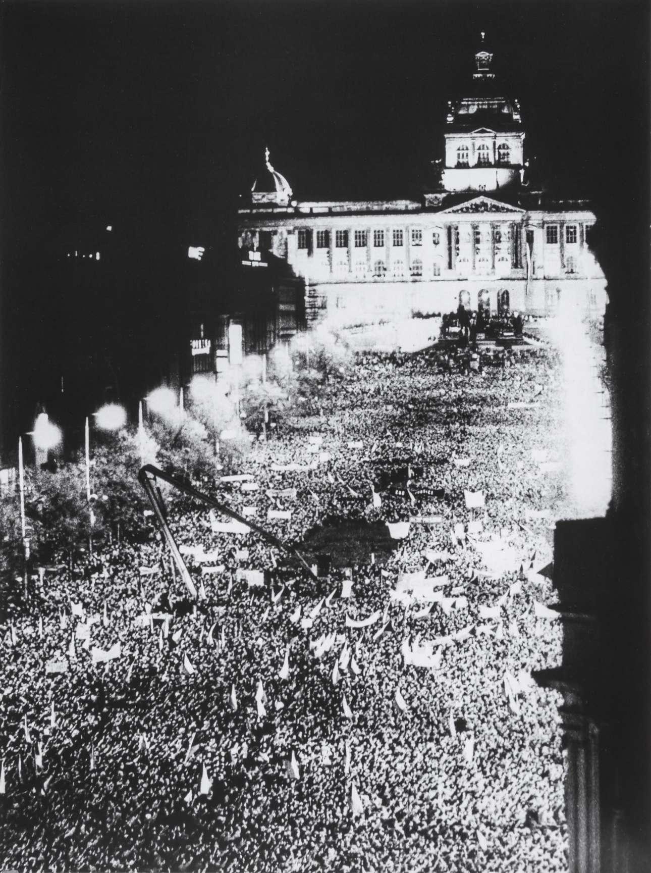 Ολη η Πράγα «στο πόδι»: αυτή η φωτογραφία της 24ης Νοεμβρίου δείχνει το τεράστιο πλήθος που είχε συγκεντρωθεί στην πλατεία Βέντσεσλας