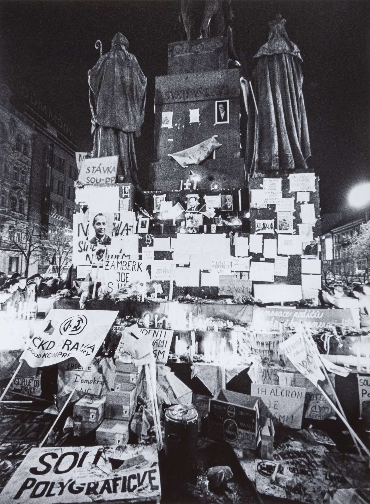 Στις 25 Νοεμβρίου, την επομένη της μεγάλης διαδήλωσης, τα αγάλματα της πλατείας Βέντσεσλας είχαν απομείνει στολισμένα με πανό, ανακοινώσεις και φωτογραφίες