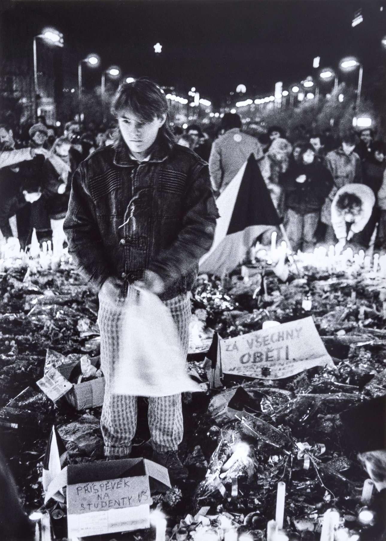 25 Νοεμβρίου: ένας νεαρός στέκεται στο σημείο της πλατείας Βέντσεσλας όπου το 1969 είχε αυτοπυρποληθεί ο φοιτητής Γιαν Πάλατς σε ένδειξη διαμαρτυρίας για την καταστολή της «άνοιξης της Πράγας» από τα σοβιετικά τεθωρακισμένα