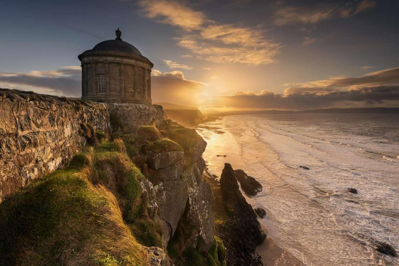 «Ήταν λίγο δύσκολο να φωτογραφίσω κόντρα τον ήλιο αλλά έφτασαν λίγα σύννεφα και τον εξασθένισαν κάπως», είπε ο Πάβελ Σίγκμουντ που χρειάστηκε να περιμένει ώρες μέσα στο κρύο και τον αέρα μέχρι να μπορέσει να κάνει αυτή τη λήψη του ναού Μάσεντεν, στο Κό Λόντοντερι της Βόρειας Ιρλανδίας