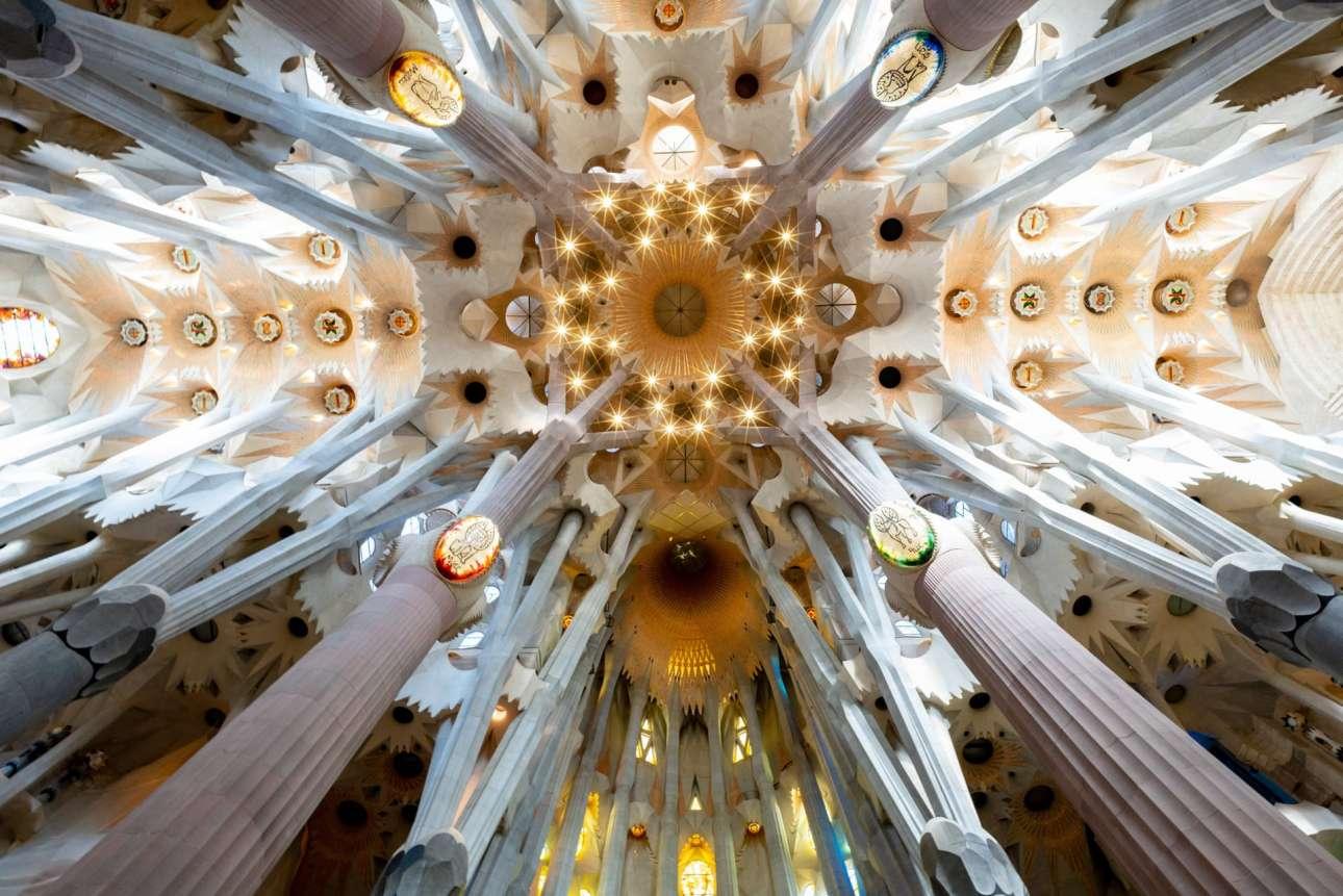 Το εντυπωσιακό εσωτερικό της διάσημης εκκλησίας Σαγράδα Φαμίλια στην Βαρκελώνη