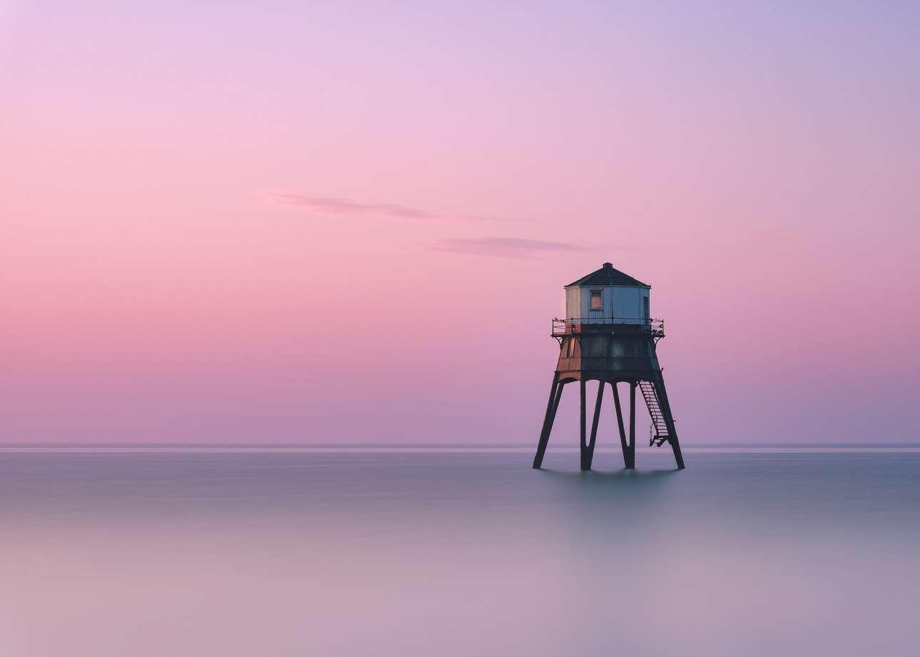 Τραβηγμένη νωρίς το πρωί στο Ντόβερκορτ του Εσεξ, στην Αγγλία, η φωτογραφία του Τζει Πι Απλτον αποκαλύπτει έναν ιστορικό φάρο του 1800 λουσμένο  στο ρόδινο χρώμα του πρωινού