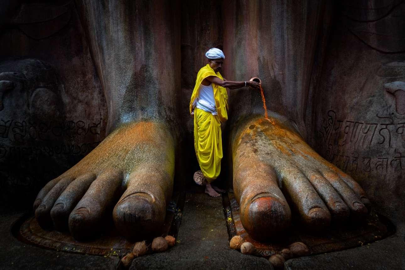 Τα τελετουργικά βρίσκονται στο επίκεντρο όσων κάνουμε, είναι ο τρόπος που ζούμε και κάτι που πρέπει να συνεχίσουμε να κάνουμε, λέει ο Βινόντ Κουμάρ Κουλκάρνι. Η φωτογραφία που τον έφερε ανάμεσα στους φιναλίστ τραβήχτηκε στην πόλη Σραβαναμπελαγκόλα στην Καρνατάκα, στην Ινδία, όπου χιλιάδες πιστοί του Γιαϊνισμού πηγαίνουν κάθε μήνα για να προσευχηθούν στον Μπαχουμπχάλι
