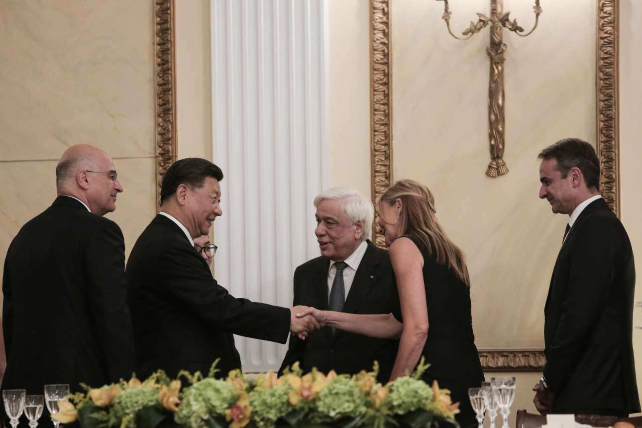 Ο Προκόπης Παυλόπουλος συστήνει τη Μαρέβα Μητσοτάκη-Γκραμπόφσκι στον πρόεδρο της Κίνας υπό το βλέμμα του Νίκου Δένδια