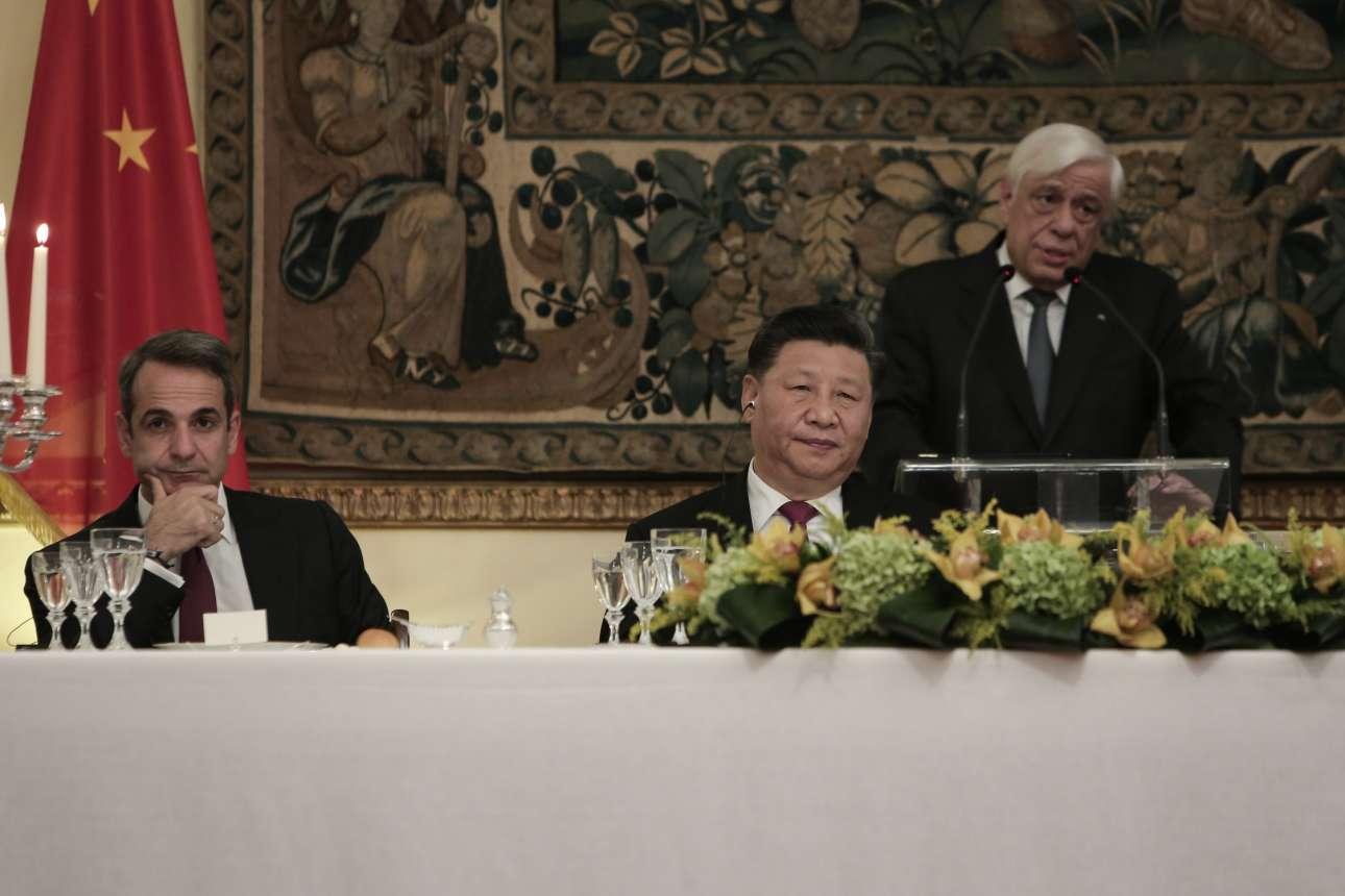 Κυριάκος Μητσοτάκης και Σι Τζινπίνγκ περιμένουν τον Προκόπη Παυλόπουλο να ολοκληρώσει την προσφώνησή του