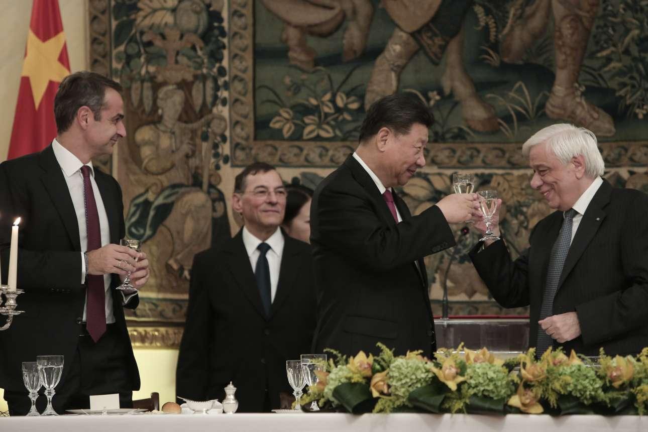 Η πρόποση των δύο ηγετών στο Προεδρικό, υπό το βλέμμα του Κυριάκου Μητσοτάκη