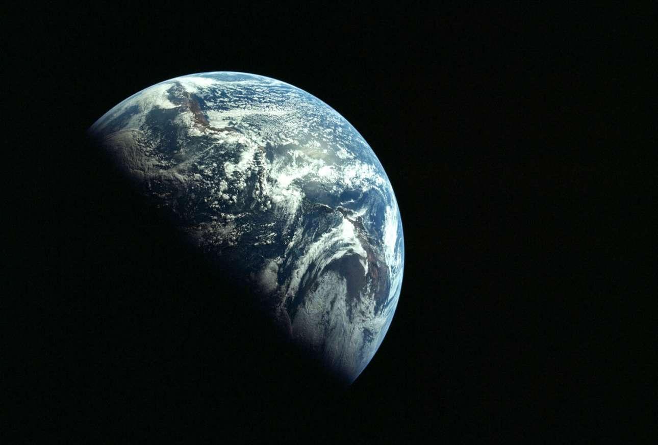 Καθώς κατευθύνονται στη Σελήνη, οι αστροναύτες ρίχνουν μια ματιά πίσω τους και βλέπουν τη Γη