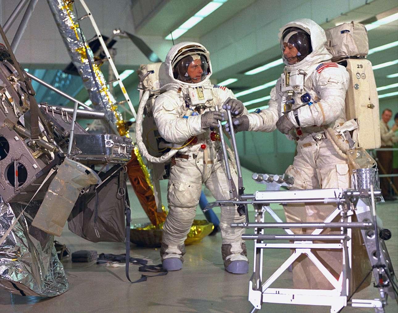 Ο Τσαρλς Κόνραντ και ο Αλαν Μπιν κάνουν εκπαίδευση Σεληνιακής Εξωοχηματικής Δραστηριότητας (EVA), ένα είδος προσομοίωσης για το πώς θα αισθάνονται στην επιφάνεια της Σελήνης. Η εκπαίδευση γίνεται στο Διαστημικό Κέντρο Κένεντι, που βρίσκεται στο νησί Μέριτ στη Φλόριντα των ΗΠΑ.
