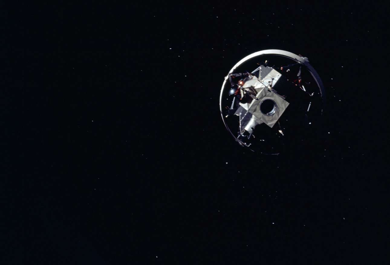 Η σεληνάκατος του Apollo 12 είναι ακόμα συνδεμένη με τον πύραυλο «Κρόνος 5» (Saturn V). H λήψη της φωτογραφίας έχει γίνει από το χειριστήριο του Apollo 12