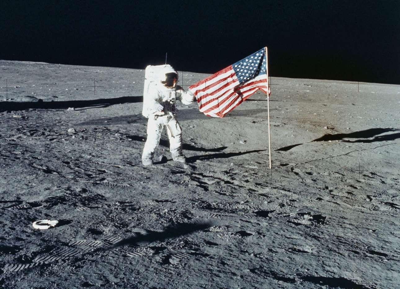 Ο Τσαρλς Κόνραντ μόλις έχει στήσει και ξεδιπλώσει τη σημαία των Ηνωμένων Πολιτειών της Αμερικής. 19 Νοεμβρίου του 1969