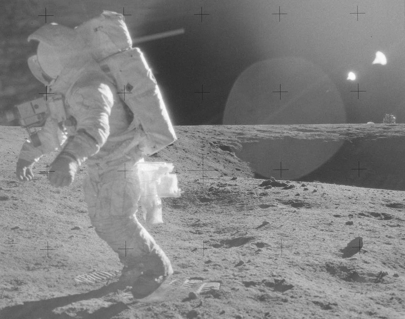 Ο αστροναύτης απομακρύνεται από τον κρατήρα, στο πλαίσιο της δεύτερης Σεληνιακής Εξωοχηματικής Δραστηριότητας