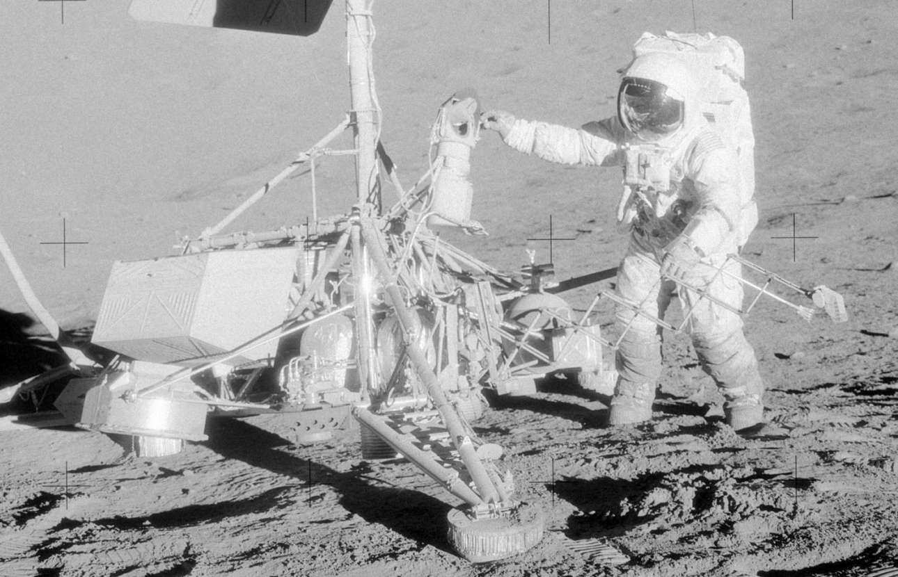 Ο αστροναύτης αφαιρεί την έγχρωμη τηλεοπτική κάμερα και άλλα στοιχεία του Surveyor 3, αφού είχε πάψει να λειτουργεί. Αργότερα, έγινε γνωστό ότι κάηκε όταν την είχε στρέψει κατά λάθος προς τον Ηλιο