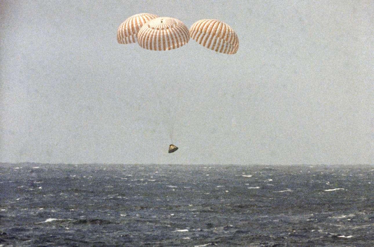 Ο θαλαμίσκος ελέγχου του Apollo 12 είναι έτοιμος να προσθαλασσωθεί στον Ειρηνικό ωκεανό και να ολοκληρώσει τη δεύτερη επιτυχημένη επανδρωμένη αποστολή στη Σελήνη στις 24 Νοεμβρίου του 1969, κοντά στην Αμερικανική Σαμόα