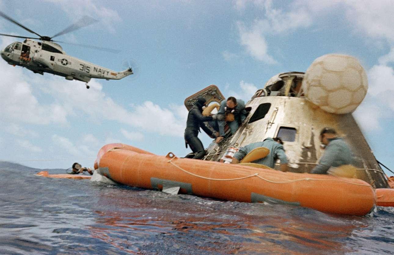 Ο Αλαν Μπιν βγαίνει από τον θαλαμίσκο του Apollo 12, υποβοηθούμενος από τους βατραχανθρώπους του αμερικανικού Ναυτικού
