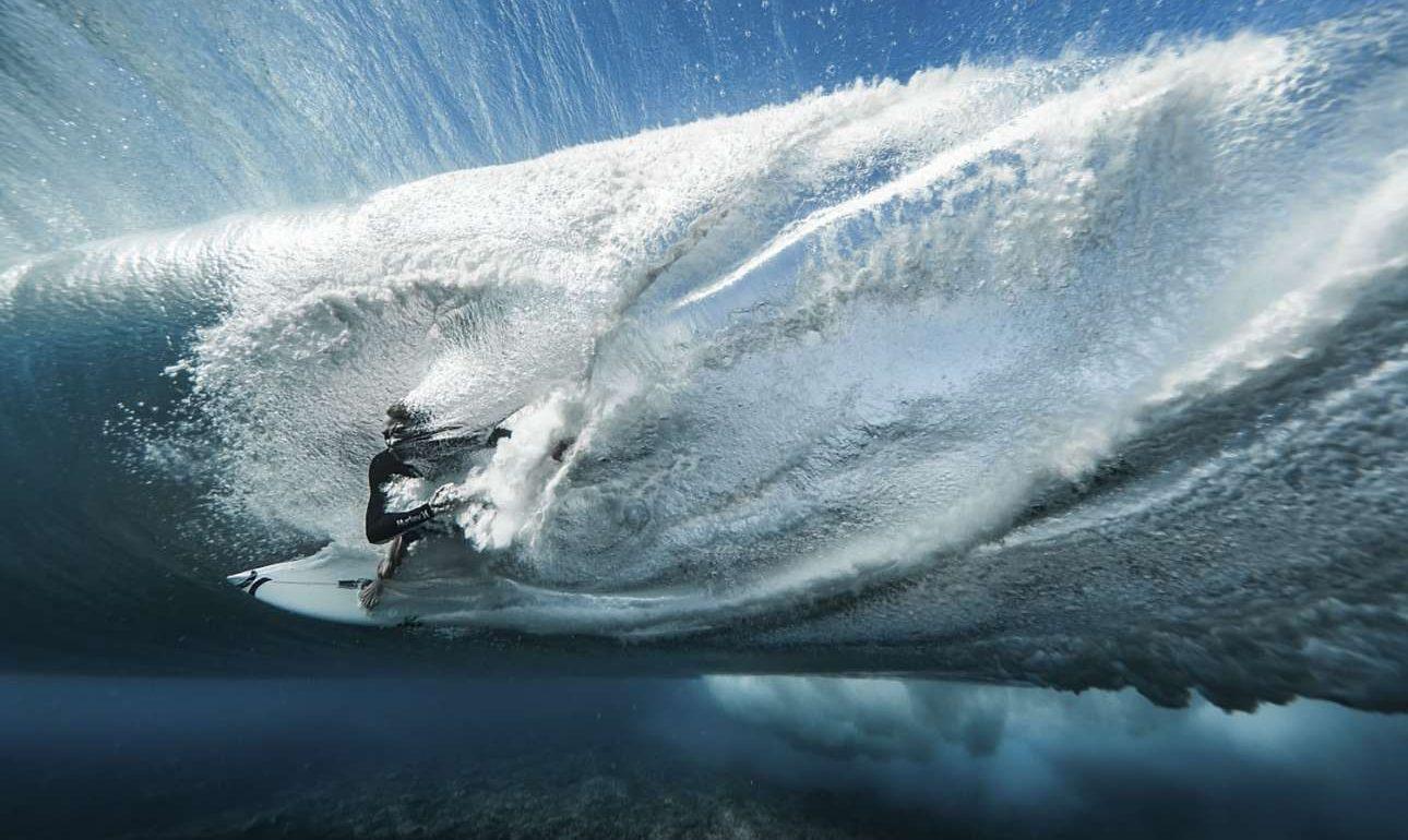 Ο μεγάλος νικητής του διαγωνισμού Μπεν Τουάρντ συλλαμβάνει με τον φακό του τον σέρφερ Εϊς Μπιούκαν να παλεύει με τα κύματα στο νησί Τεαχούπο της Ταϊτής