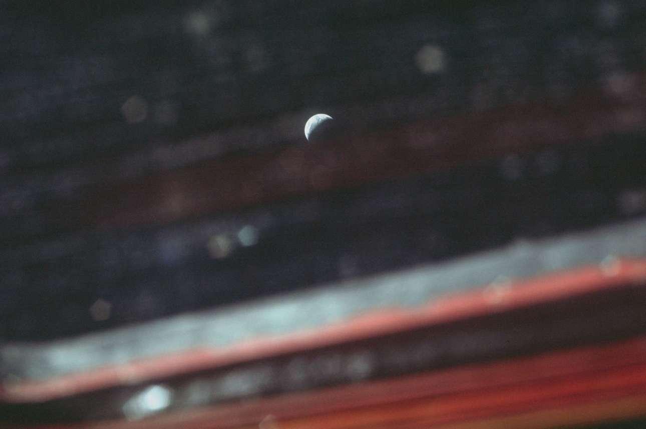 Η Γη μέσα από τις γρατζουνιές του παραθύρου της σεληνάκατου