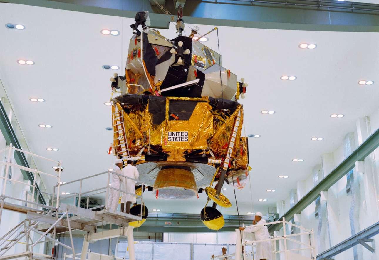 Η σεληνάκατος για την προσελήνωση του Apollo 12 μεταφέρεται στο τμήμα ολοκλήρωσής της στο Διαστημικό Κέντρο Κένεντι στις 23 Ιουνίου 1969